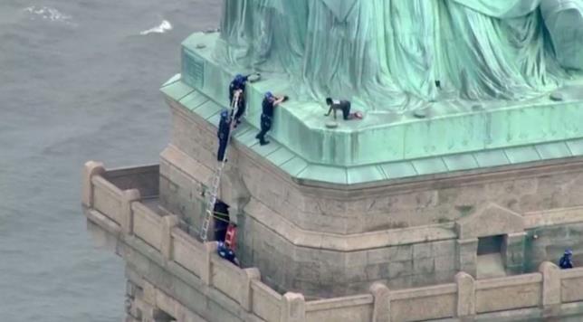 Liberty Island la polizia di New York mentre cerca di arrestare Therese Patricia Okoumou
