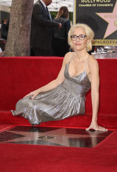 Gillian Anderson seduta sulla stella