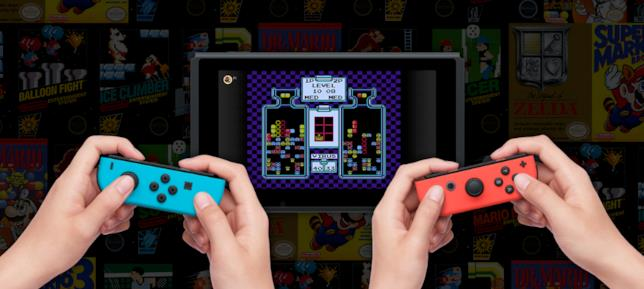 Due giocatori si sfidano grazie a Nintendo Switch Online su un classico NES