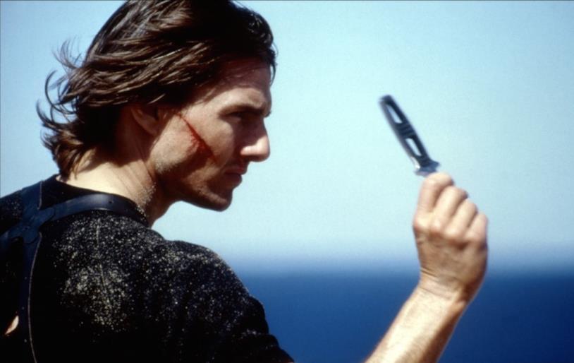 Tom Cruise in una scena di Mission: Impossible II