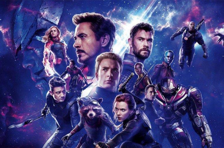 Un primo piano dei Vendicatori nel poster internazionale di Avengers: Endgame
