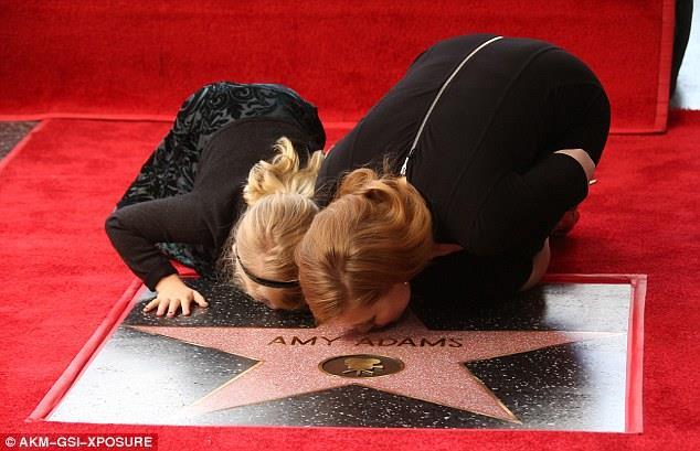 Amy Adams e la figlia Aviana Olea baciano la stella sulla Walk of Fame