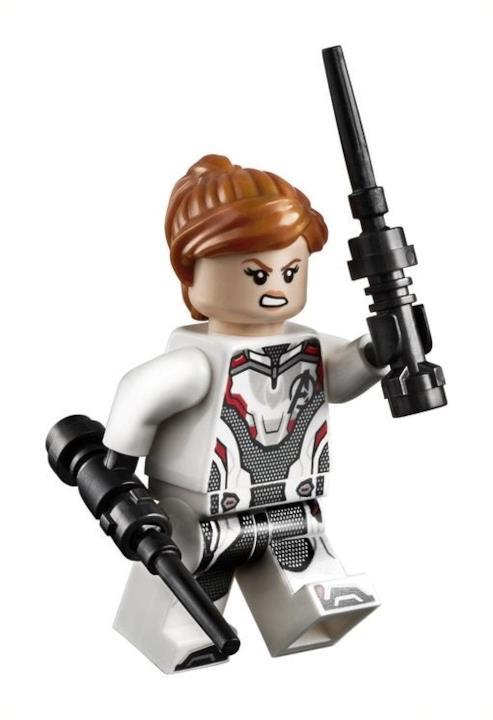 La minifigure di Vedova Nera con la tuta bianca e l'espressione agguerrita