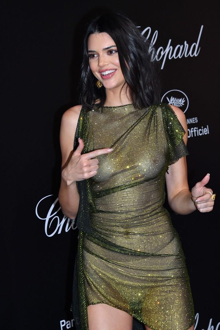 Il look sheer-metallico di Kendall Jenner
