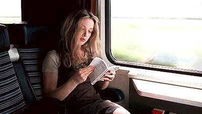 Una ragazza legge in treno