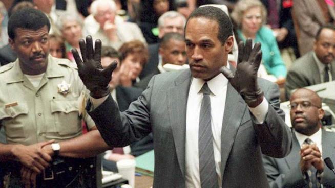 O.J. Simpson a mani alzate durante il processo
