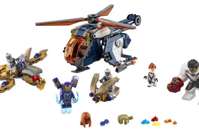 Il set LEGO presenta: due veicoli alieni, un elicottero degli Avengers e i personaggi dei Chitauri, di Pepper Potts in armatura, Vedova Nera e Hulk con le tute bianche, per il viaggio temporale