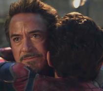 Tony Stark abbraccia Peter Parker in una sequenza di Avengers: Endgame