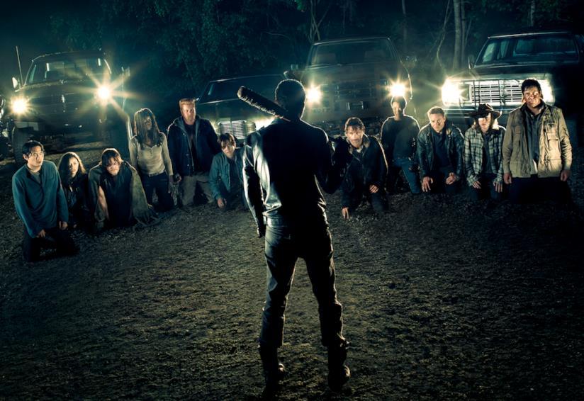 Negan di fronte agli 11 Dead Man Walking con la sua Lucille