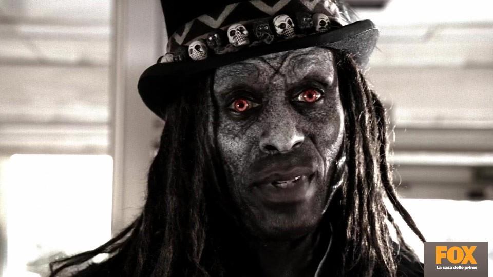 Papa Legba (Lance Reddick, Coven) è una divinità Voodoo il cui compito è condurre i defunti nell'Altro Mondo.