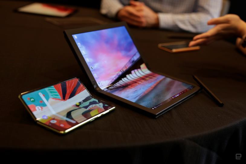 Foto del laptop pieghevole di Lenovo accanto al Samsung Galaxy Fold