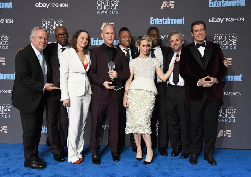Il cast di American Crime Story ai Critics' Choice Awards con il premio vinto
