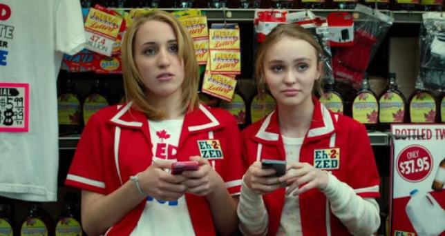 Harley Quinn Smith e Lily-Rose Depp in Yoga Hosers
