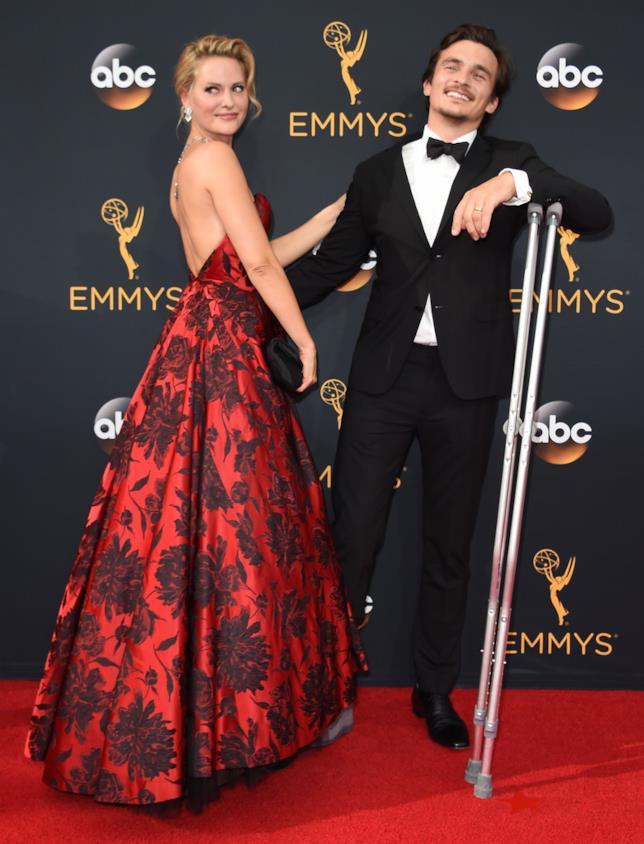 Rupert Friend con le stampelle agli Emmy 2016