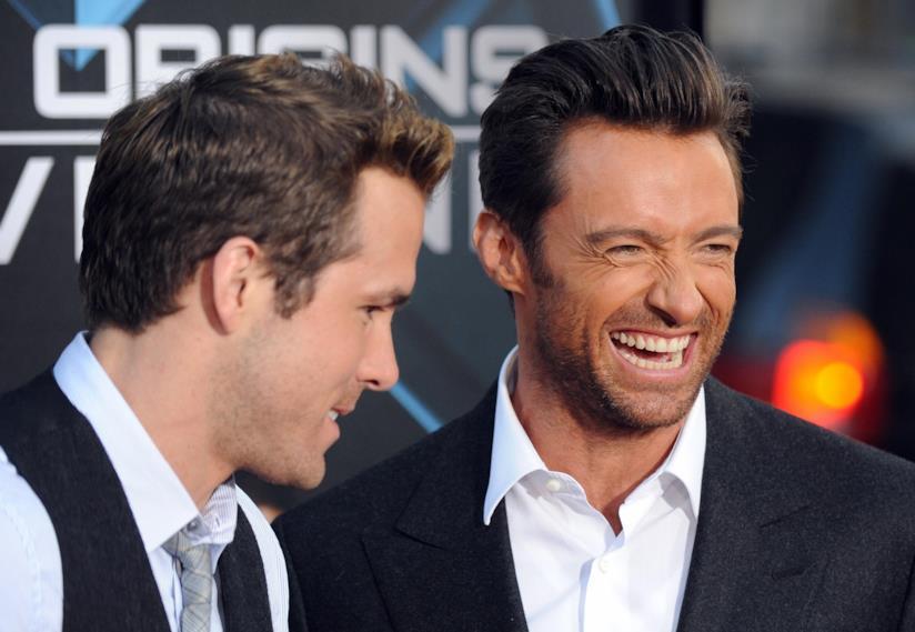 A sinistra Ryan Reynolds e un sorridente Hugh Jackman
