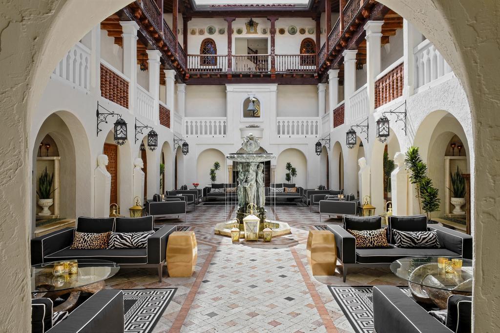 Il portico dell'hotel di Villa Casuarina
