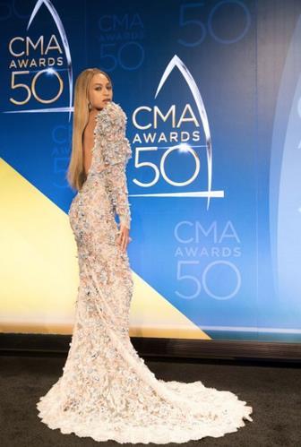 Beyoncé di spalle mostra l'abito sul red carpet dei CMA Awards 2016