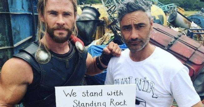 Il regista e Chris Hemsworth sul set di Thor: Ragnarok