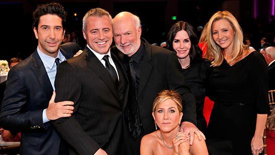 Gran parte del cast di Friends insieme a James Burrows