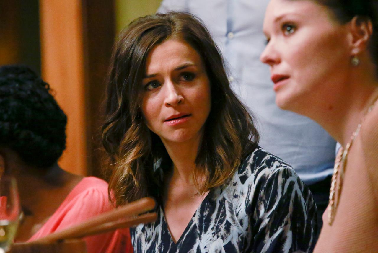 La faccia schifata di Amelia che guarda Penny