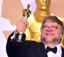 Guillermo del Toro con in mano l'Oscar vinto per La forma dell'acqua - The Shape of Water