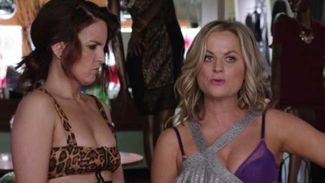 Le attrici Amy Poehler e Tina Fey durante una scema del film Le sorelle perfette