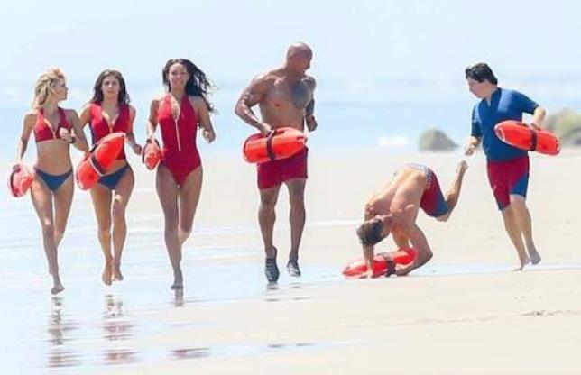 Zac Efron cade durante il servizio fotografico per Baywatch