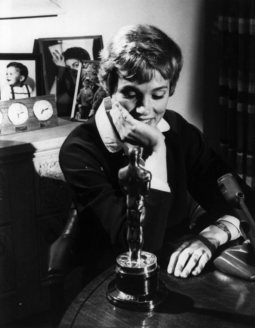 Julie Andrews con il premio Oscar in una foto d'epoca