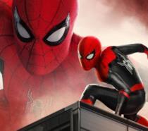 Un primo piano di Spider-Man nel poster di Far From Home