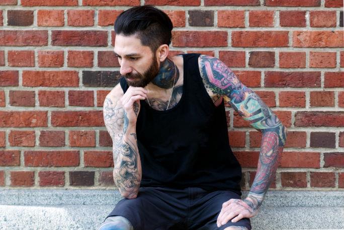 Rick Scolamiero con le braccia tatuate