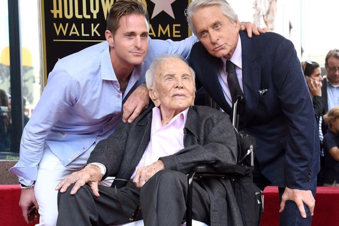 Tre generazioni insieme: Michael Douglas insieme al figlio e al padre sulla Walk of Fame