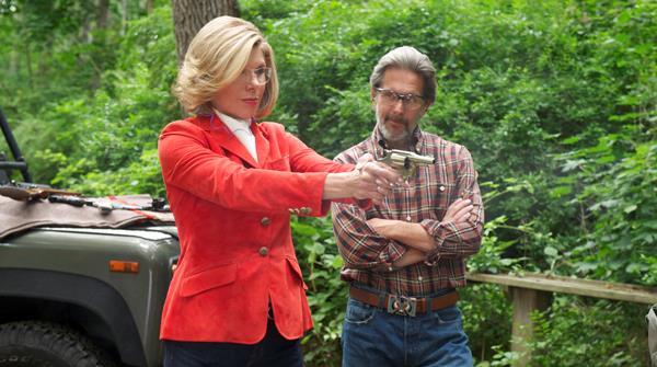 Diane Lockart spara assistita dal marito Kurt