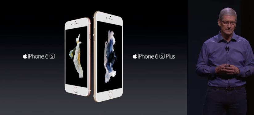 Tim Cook (destra) presenta iPhone 6s e 6s Plus all'evento Apple di settembre 2015