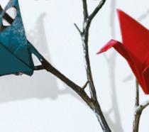 Gli origami di colore blu e rosso presenti sulla copertina de L'Accordo Perfetto