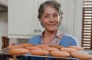 Carol Peletier in una scena di The Walking Dead con un vassoio di biscotti