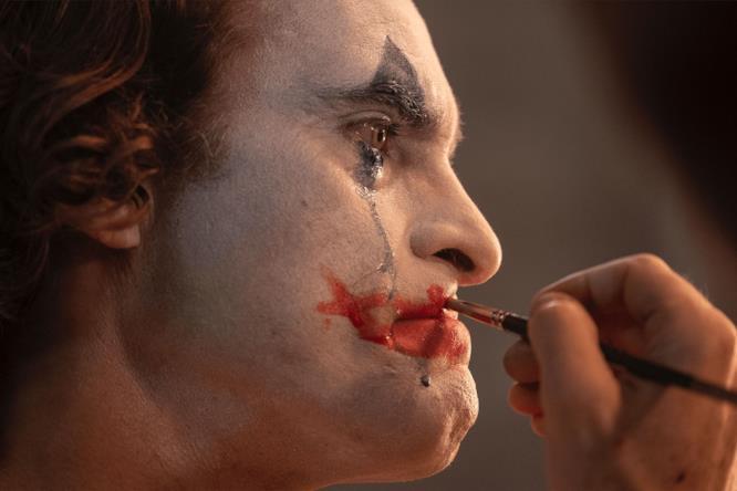 Il Joker piange mentre si trucca