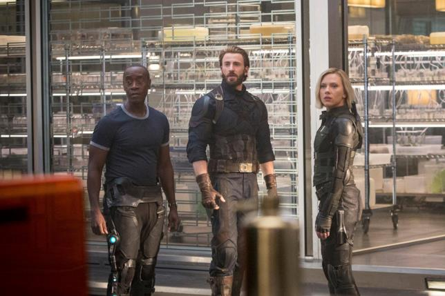 Chris Evans, Scarlett Johansson e Don Cheadle in una scena di Avengers: Infinity War