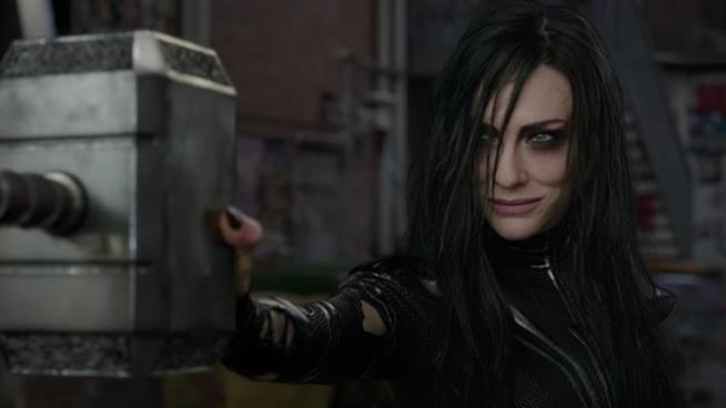 Hela, interpretata da Cate Blanchett, afferra Mjolnir a mezz'aria