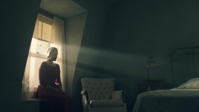 The Handmaid's Tale: Elisabeth Moss in una foto promozionale