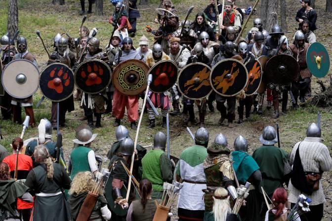 Uomini, elfi e nani si preparano alla battaglia