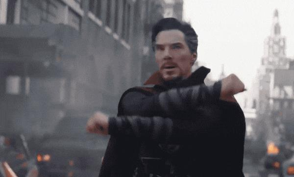 Benedict Cumberbatch in Doctor Strange davanti all'Occhio di Agamotto