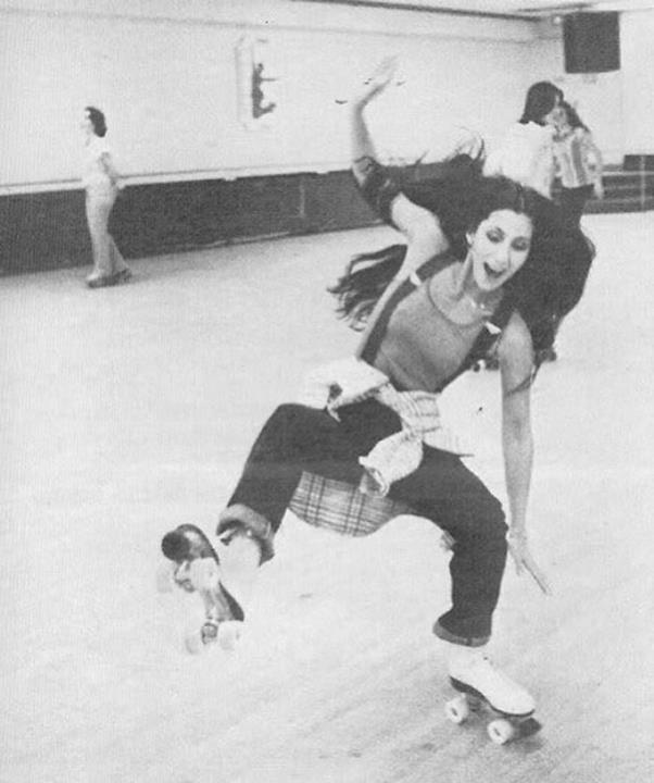 La cantante Cher sui pattini