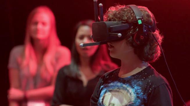 Gaten Matarazzo prova un casco VR