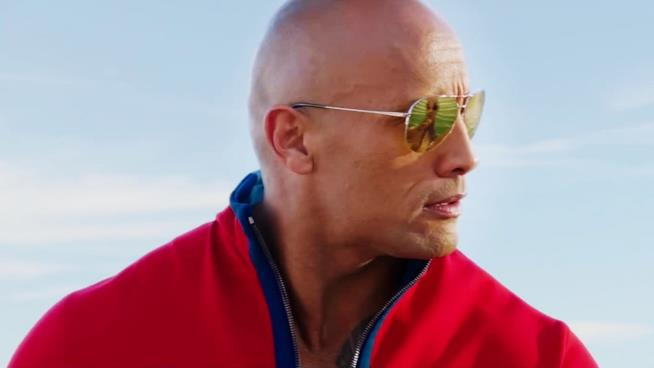 Dwayne The Rock Johnson in una scena di Baywatch