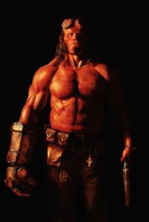 David Harbour in costume da Hellboy