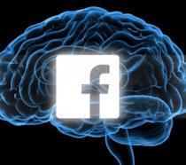Il logo di Facebook su un immaginario cervello umano