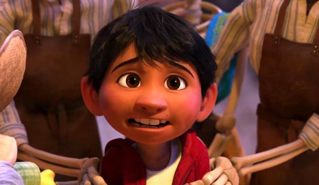 Mezzo primo piano Miguel circondato da braccia scheletriche in una scena del film
