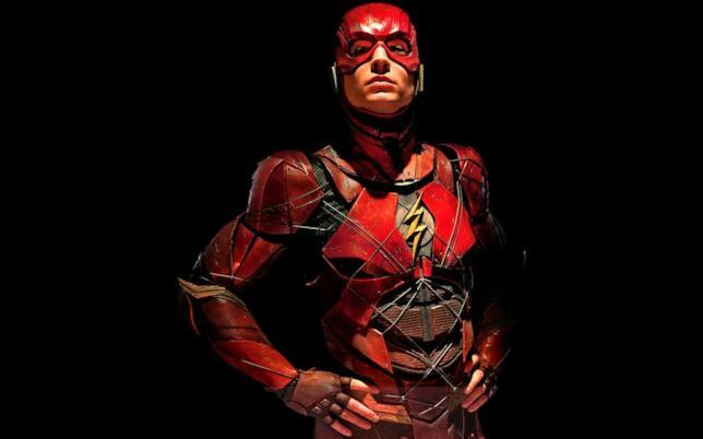 Mezzobusto di Ezra Miller nel costume di Flash