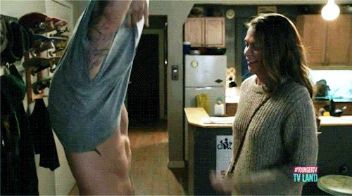 Liza e Josh in una scena di Younger