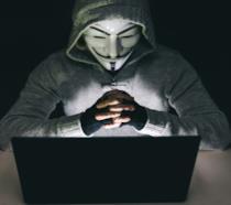 Un hacker con la tipica maschera Anonymous